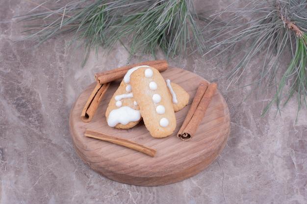 Biscotti di panpepato ovali al gusto di cannella