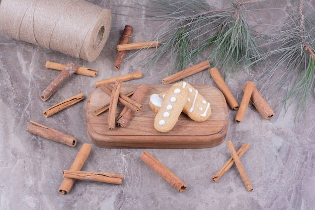 Ovale gingerbread cookies with cinnamonn sticks around on the stone