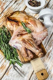 まな板の上にオーブンで焼いた子羊の肩全体