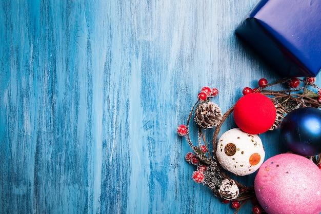Над головой вид рождественского подарка и украшения на синем деревянном фоне. счастливого рождества