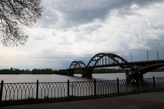 7월 초 아침에 볼가 강을 가로지르는 자동차 다리 위. 러시아 리빈스크
