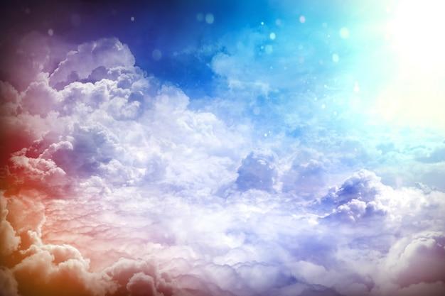 구름 위에. 구름과 햇빛 광선이 있는 환상적인 배경