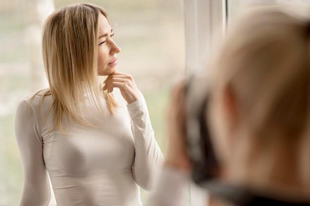 肩越しのモデル写真アートコンセプト