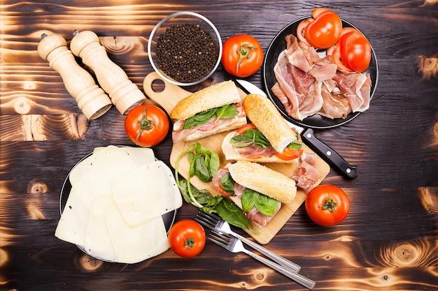 Вид сверху на здоровые вкусные домашние бутерброды с манде на деревянном столе