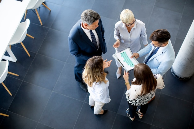 По мнению группы бизнесменов, стоящих в офисе и анализирующих план
