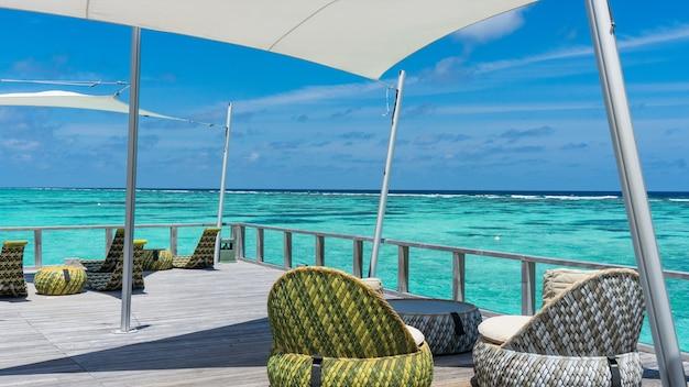 モルディブの高級アイランドリゾートの水上バー。
