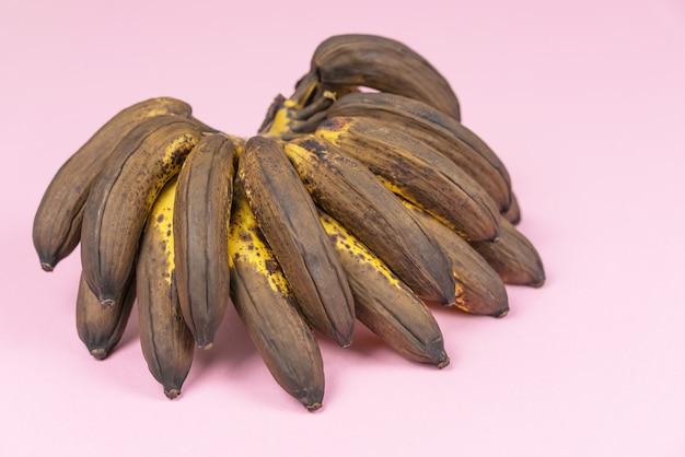 Overい熟した甘やかされて育ったミニバナナの束
