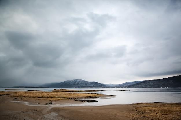 曇りの風景。川と山岳地帯。
