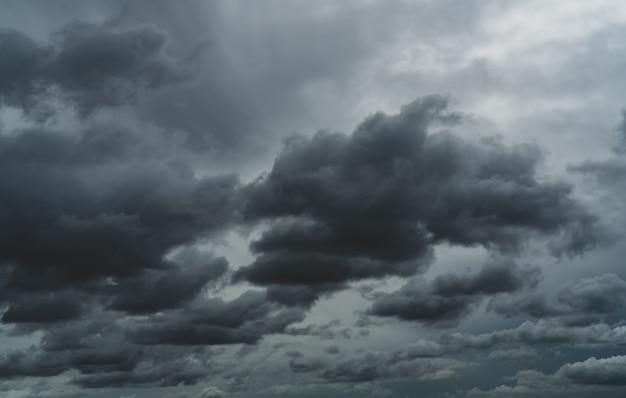 흐린 하늘 장마철 비가 오기 전의 극적인 잿빛 하늘과 흰 구름 흐리고 변덕스러운 하늘