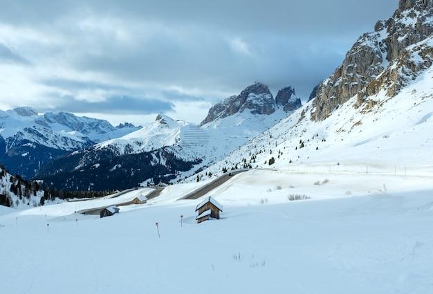 도로와 슬로프에 해명 흐린 겨울 산 풍경