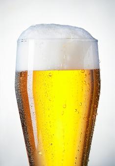 少し結露したビールグラスがあふれている
