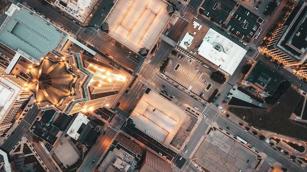 Ripresa aerea aerea di architettura moderna con grattacieli in una città urbana