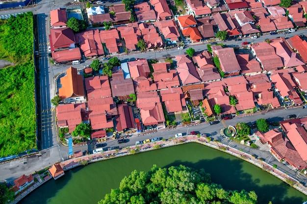 マラッカ川と建物の俯瞰航空写真