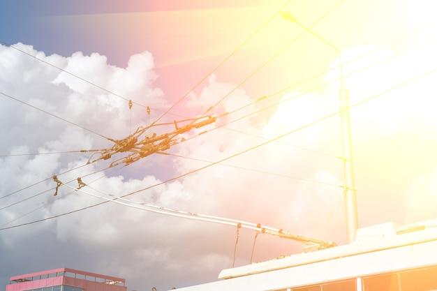 여객 도시 전기 버스의 가공선 장비의 일부인 오버 헤드 전차선. 전기화 시스템.