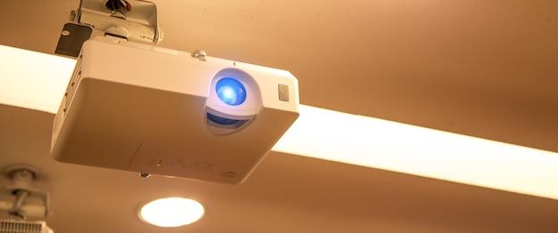 회의실 천장에 장착된 오버헤드 디지털 프로젝터.