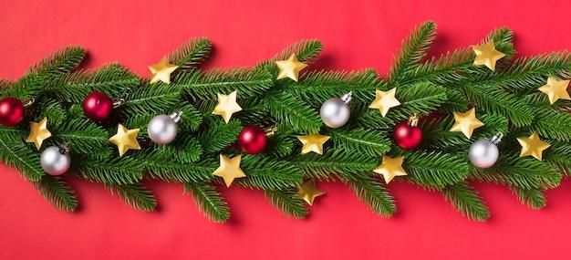 頭上の緑のモミの木の枝とクリスマス休暇の装飾