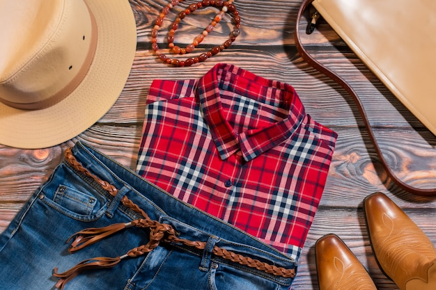 洋風のカジュアルな女性服のオーバーヘッド