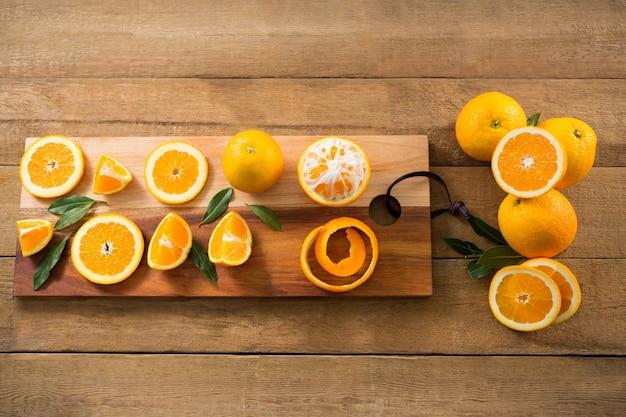 木製のテーブルの上のオレンジのオーバーヘッド