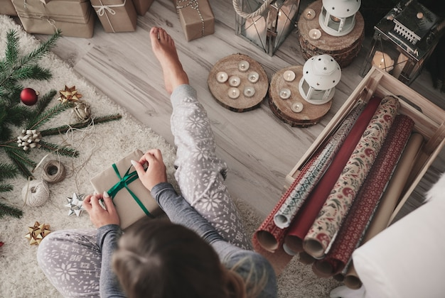 Накладные расходы женщины, завязывающей ленту на подарке