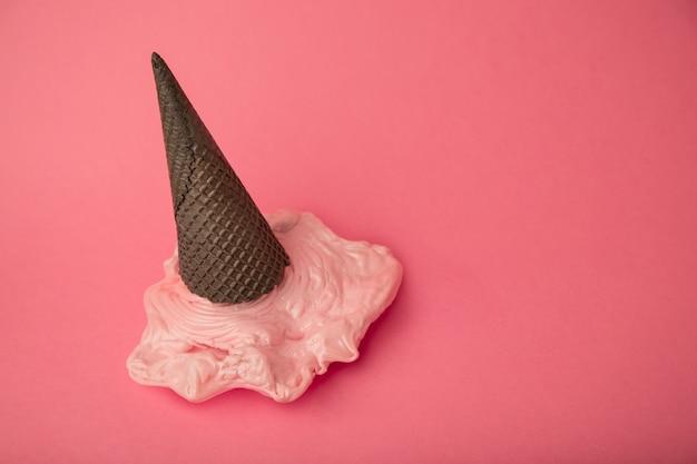 ペーストのチョコレートブラックコーンにオーバーヘッドのピンクのプラスチックアイスクリーム