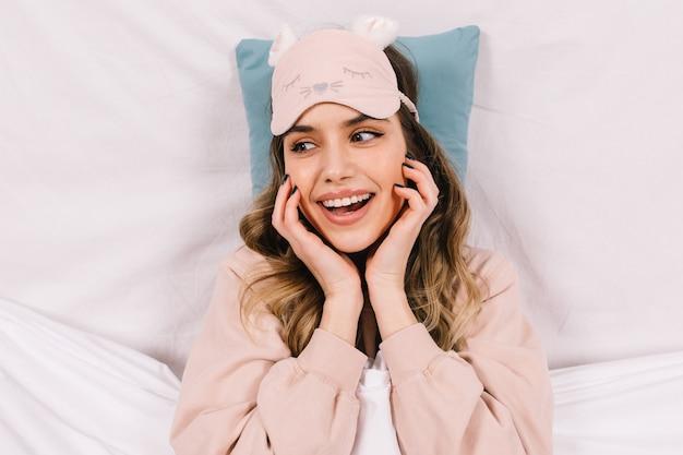 Накладные портрет экстатической женщины, лежащей на подушке