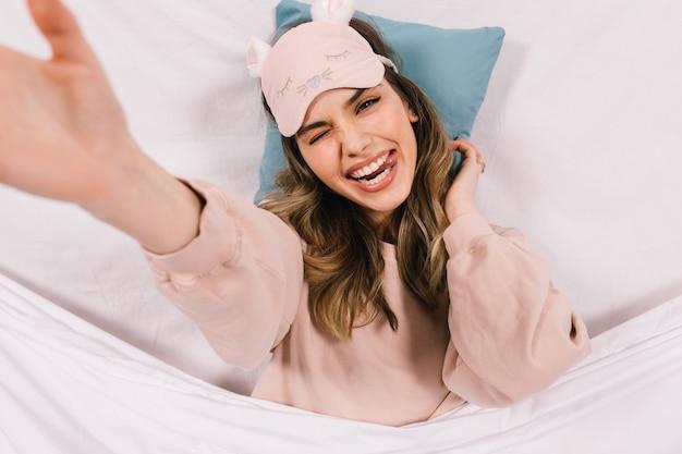 Накладные портрет молодой женщины, лежащей в постели