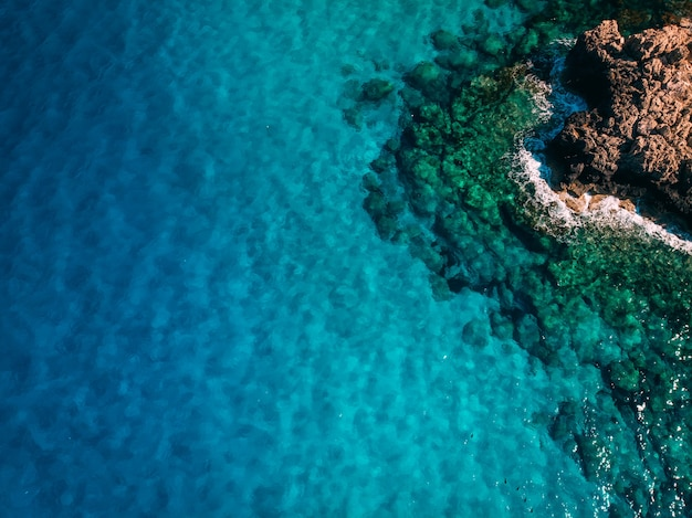 수정처럼 맑은 푸른 물, 키프로스, 블루 라군이 있는 머리 위 바위 해안