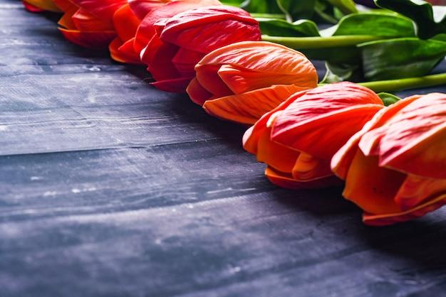 オーバーヘッドはオレンジと黄色のチューリップの花束を撮影