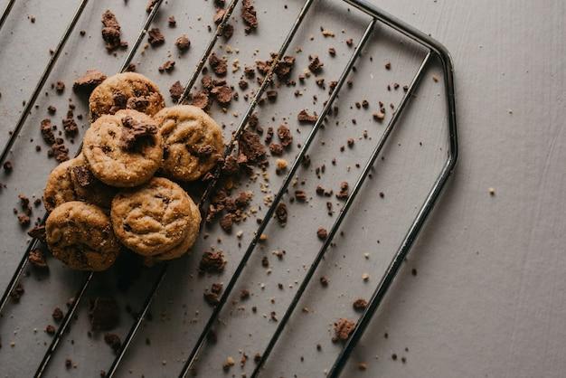 Scatto dall'alto della griglia di cottura con deliziosi biscotti rotondi al cioccolato