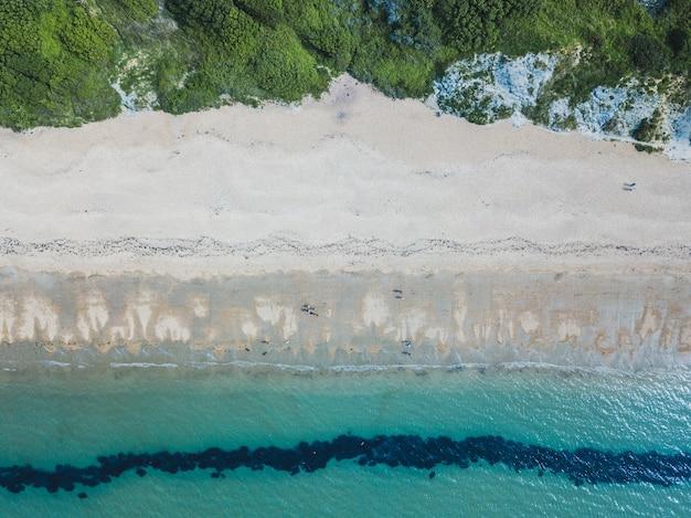Scatto dall'alto di una spiaggia e un mare vicino a bowleaze cove a weymouth, regno unito