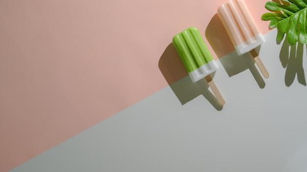 Накладные выстрел из минимальной летней концепции с фруктовым мороженым на плоской кладут красный и синий фон