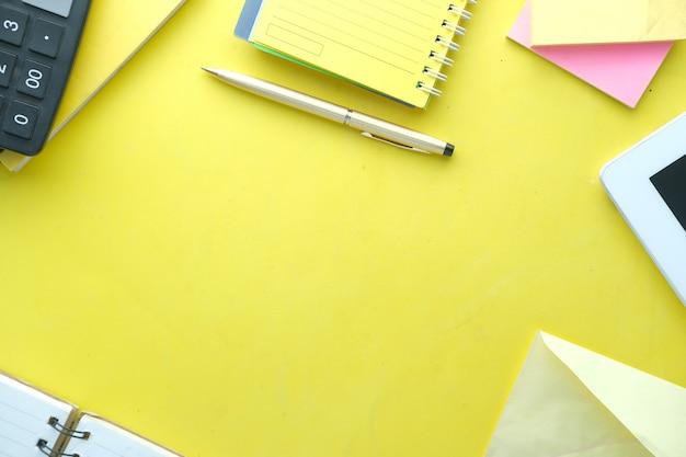 노란색 테이블에 고정 된 사무실로 모의 오버 헤드 샷