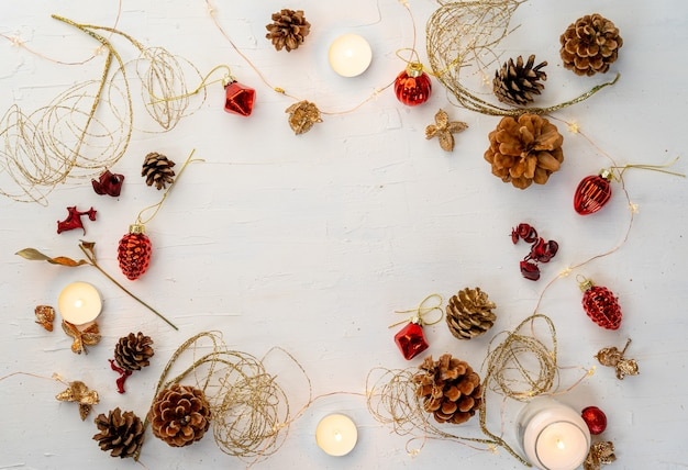 あなたのテキストのためのスペースを持つ白い木製のテーブルの素朴なカラフルなクリスマスの装飾のオーバーヘッドショット
