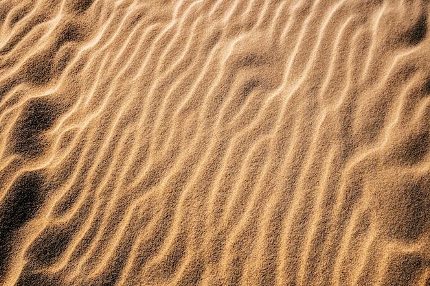 光の下で砂漠の砂のオーバーヘッドショット