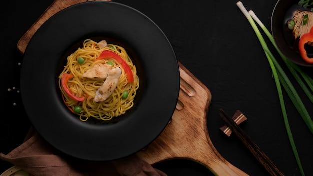 Schezwan noodlesまたはchow meinのオーバーシュート、野菜、チキン、チリソース添え