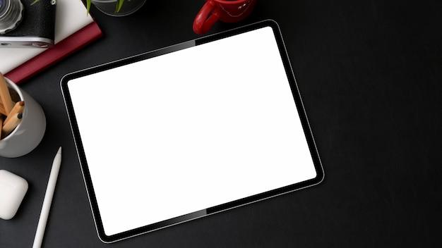 Верхний снимок рабочего места с цифровым планшетом, стилусом и другими принадлежностями