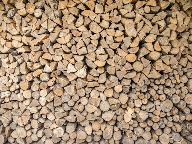 Scatto dall'alto di piccoli pezzi di legno tagliato accatastati uno accanto all'altro