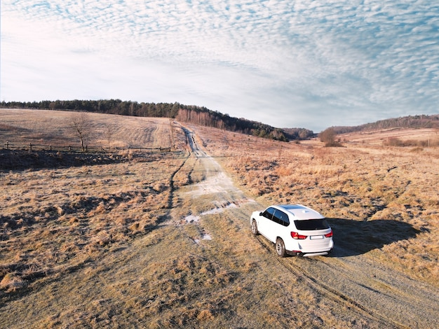 トレイルロードのコピースペースを通過するsuv車の俯瞰上面図