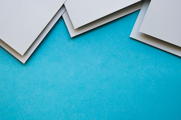 Vista aerea di craftpapers grigio su sfondo blu