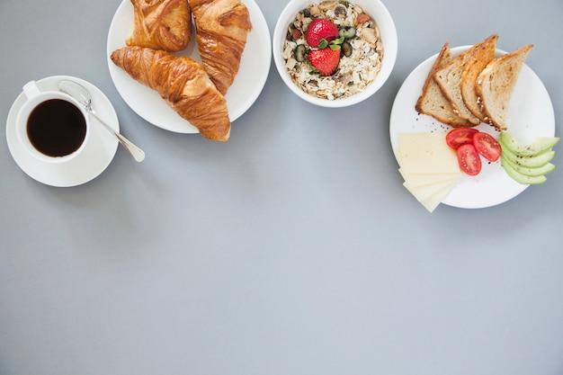 Veduta aerea di una sana colazione con caffè