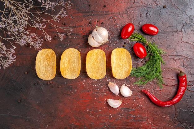 Vista dall'alto di quattro patatine croccanti fatte in casa, peperoncino, aglio, verde, su, sfondo scuro, metraggio