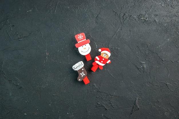 Vista dall'alto degli accessori per la decorazione del nuovo anno che si trovano sul tavolo nero