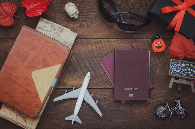 アクセサリーのオーバーヘッドビューハッピーハロウィンは、背景のconcept.mixを旅行するアイテムと近代的な素朴な茶色の家庭のオフィスデスクで木製のいくつかのオブジェクト。旅行者や十代と大人のための機器。