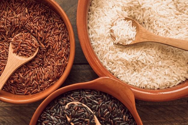 나무로되는 숟가락으로 유기농 쌀 곡물의 오버 헤드보기