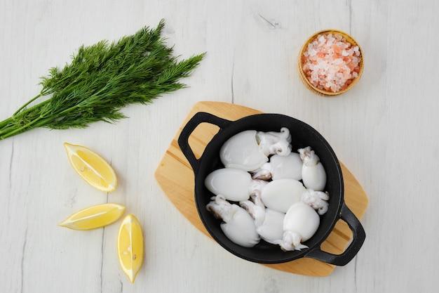 딜, 소금, 레몬 주철 프라이팬에 아기 오징어의 오버 헤드보기