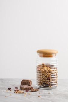 ココナッツとチョコレートのグラノーラとボウルのオーバーヘッドビュー。