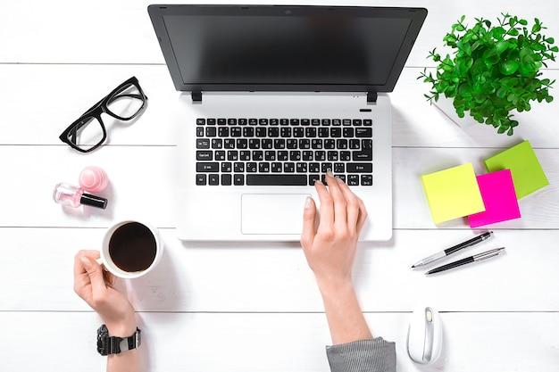 Вид сверху деловой женщины, работающей на компьютере в офисе. место для вашего текста.