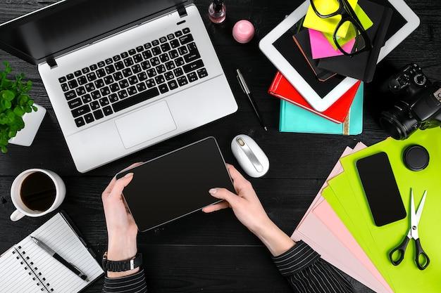 オフィスのコンピューターで働く実業家の俯瞰図