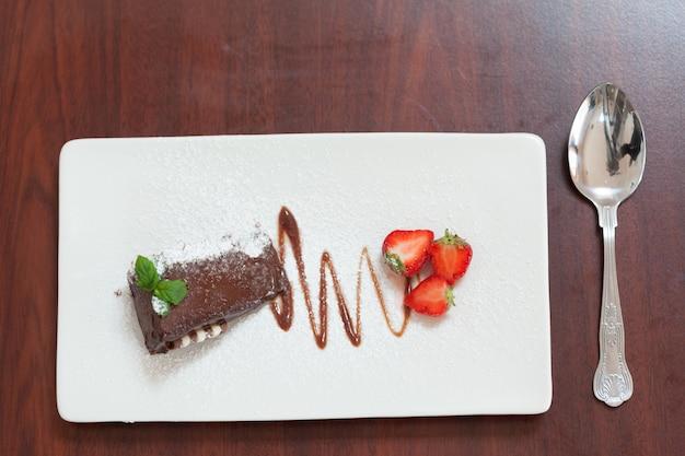 딸기와 초콜릿 케이크의 오버 헤드보기