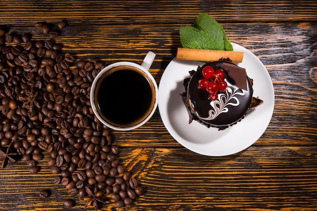 Вид сверху на шоколадный десерт кружкой кофе